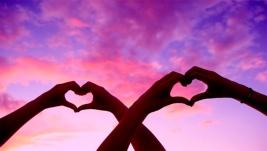cuatro-manos-que-forman-corazones