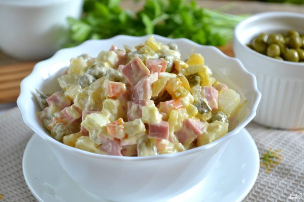 salat_quotolivequot_klassicheskii_s_kolbasoi-286788